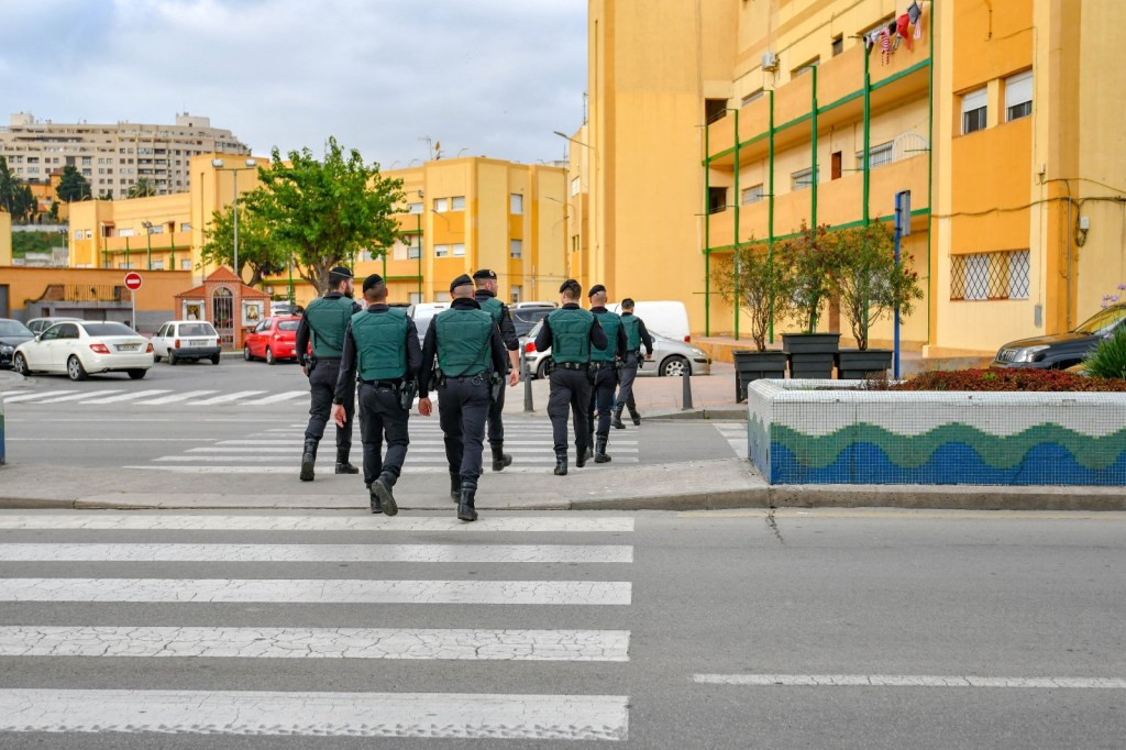 guardia civil control puerto menores migrantes