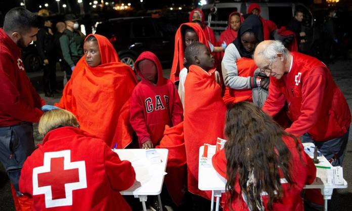 Al menos 13 desaparecidos y 1 mujer fallecida tras el rescate de 894 personas en el Mar de Alborán