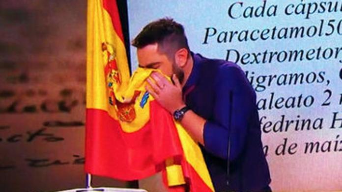 Un juez imputa a Dani Mateo por sonarse la nariz con la bandera de España