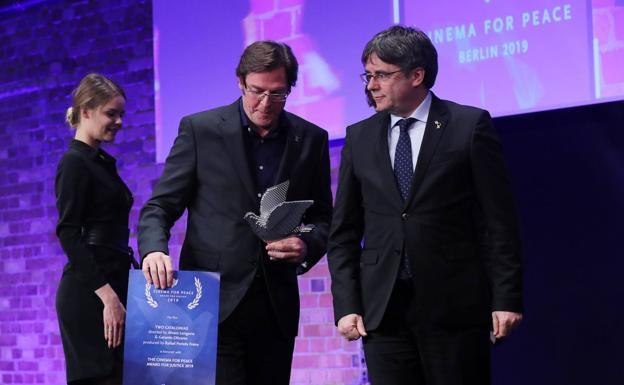 Álvaro Longoria devuelve el premio Cinema for Peace tras ser entregado por las manos de Puigdemont