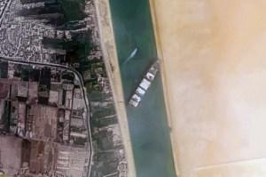 Vista de satélite del Ever Given encallado, 24 de marzo de 2021
