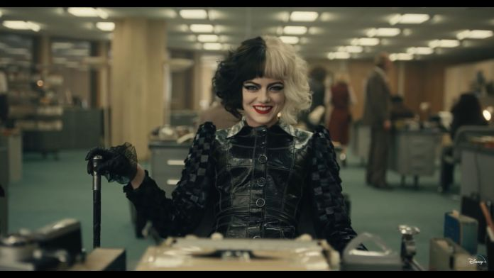 Cruella de Vil interpretada por Emma Stone