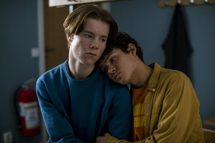 Wilhelm (Edvin Ryding) y Simon (Omar Rudberg) en Jóvenes altezas de Netflix.