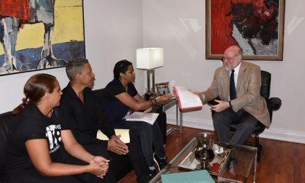 El ministro de Cultura recibe una comisión del sector teatral y acuerda una mesa de diálogo