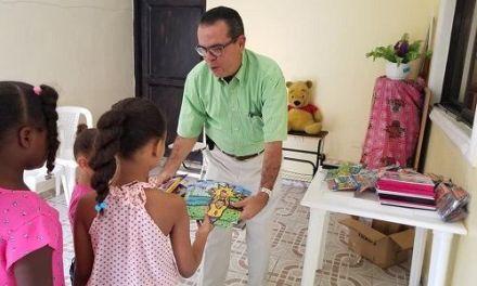EL EMPRESARIO ROMMEL LORA SIGUE ENTREGANDO ÚTILES ESCOLARES EN EL MUNICIPIO DE S.C.