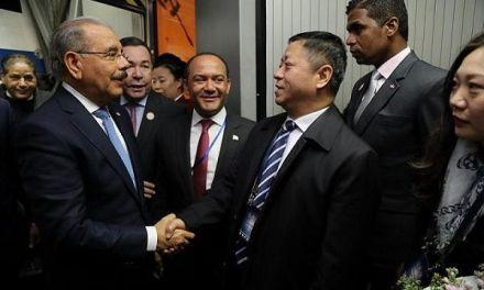 Danilo Medina llega a Beijing; es recibido con flores y banderas