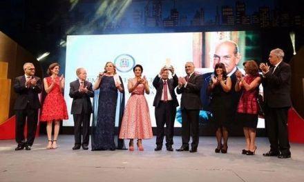 Canciller entrega premio al doctor Rafael A. Lantigua