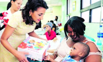Primera Dama lleva juguetes a niños de hospital Robert Reid