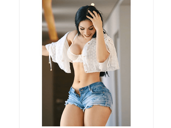 Yuliett Torres, la Kim Kardashian mexicana, abre su camisa y desabotona su minishort en Instagram