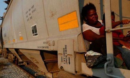 Migrantes se suben al tren «La Bestia» tras redada en México
