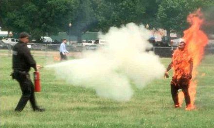Un hombre se prendió fuego frente a Casa Blanca y sobrevivió