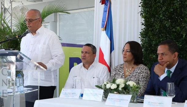 Ángel Canó habla durante la inauguración de local en Santiago
