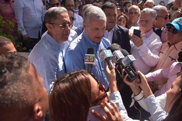Gonzalo Castillo visita tumba de Juan Bosch y anuncia recorrido por todo el país