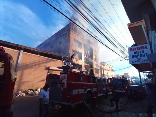 Se incendia fábrica de papel en Villa Juana