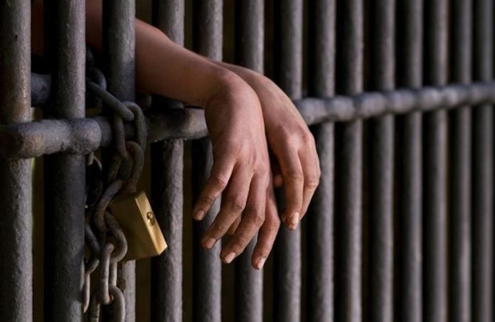 La Policía apresó este viernes a un hombre acusado de presunta seducción de una adolescente, de 15 años de edad.