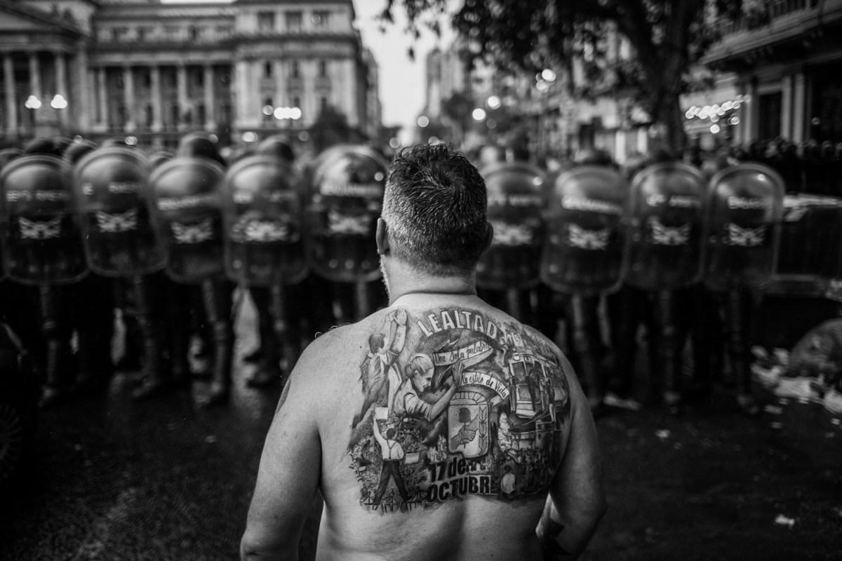 El libro es una selección de imágenes que narran los sucesos de los días 14 y 18 de diciembre, durante la represión y el debate por la la Ley de Reforma Previsional.