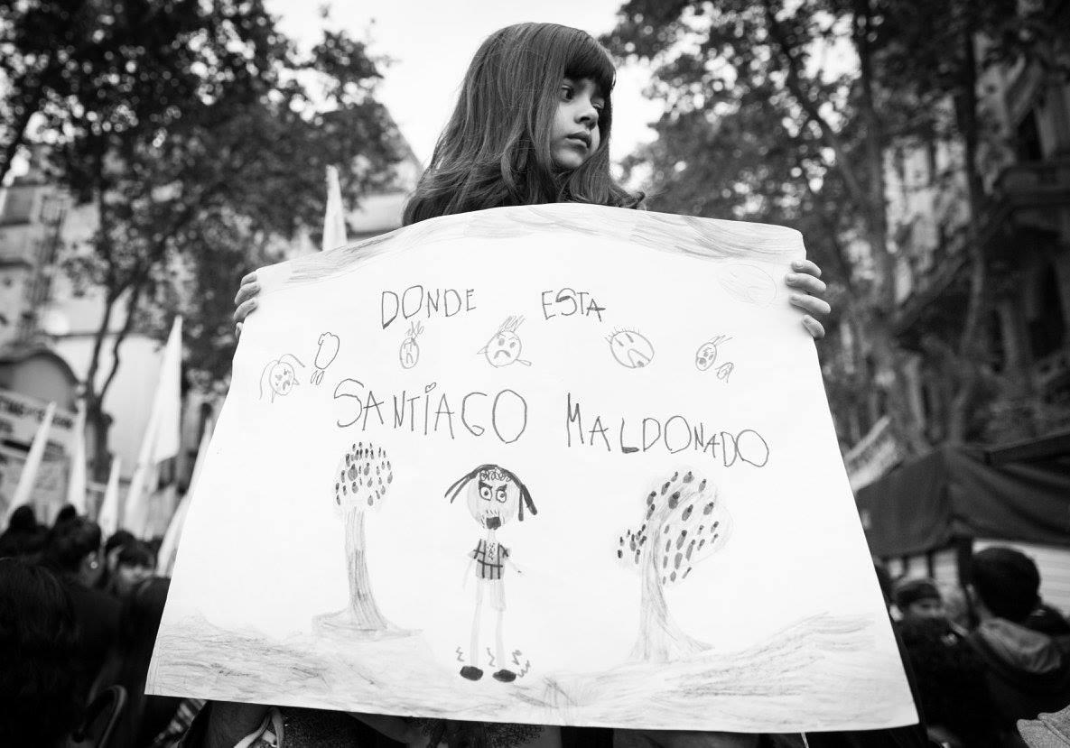 A ocho meses de la desaparición de Santiago Maldonado el gobierno nunca se hizo cargo de lo sucedido, en las calles se levantan las banderas de Memoria, verdad y justicia. El caso Maldonado como un síntoma tardío del momento más oscuro de nuestra historia reciente ¿Todo está guardado en la memoria?