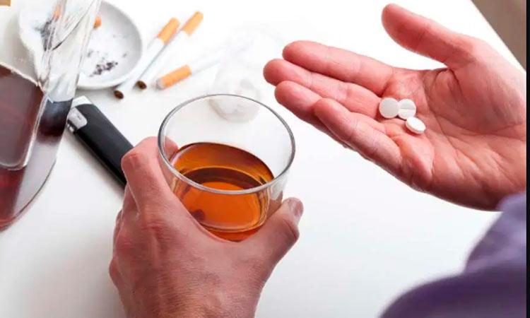 ¿Por qué no debes mezclar alcohol con medicamentos?