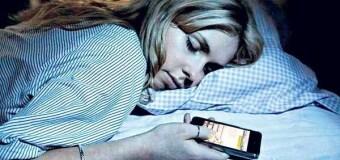 Mira lo que pasa en tu cuerpo cuando duermes cerca del teléfono