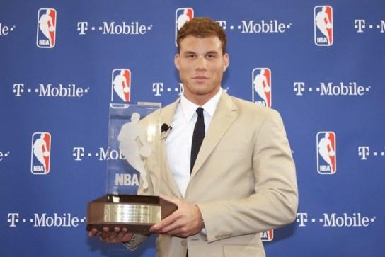 Blake Griffin con el premio Rookie del año