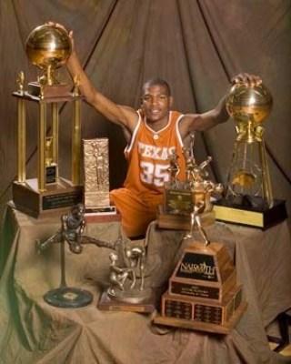 Kevin Durant con varios premios
