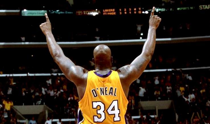 Los jugadores con dos números retirados diferentes en la NBA