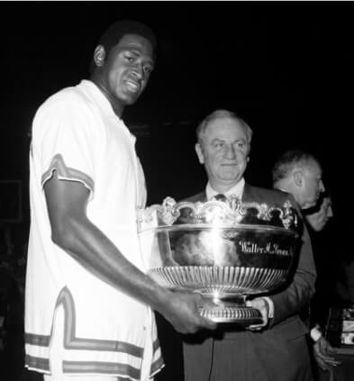 Willis Reed y Red Holzman con el Trofeo Walter Brown