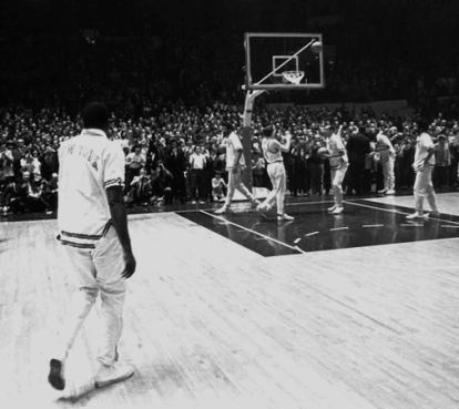 Willis Reed entrando en el Madison