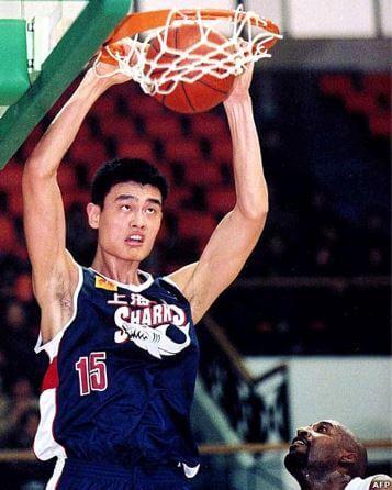 Yao Ming machacando con el 15 de los Shanghai Sharks