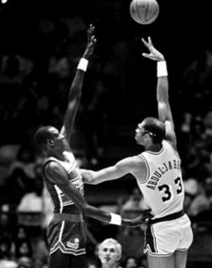 Manute Bol (2.31 m) intentando taponar a Kareem (2.18 m) en 1985