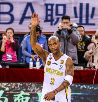 Marbury durante la interminable ovación de su despedida del baloncesto en China