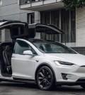 Bebé compró actualización de Tesla por 8.400 euros