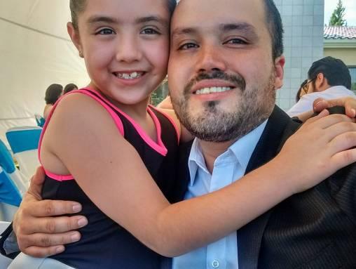 P-Jesús Aurelio Hernández con su hija.