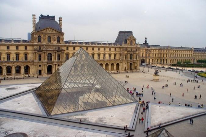 El Patio Napoleón y su inconfundible pirámide de cristal presiden en centro del museo