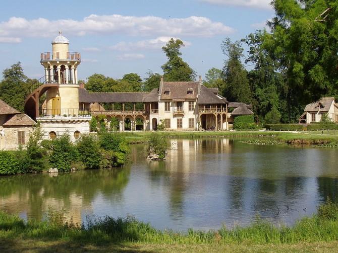 800px-Marie_Antoinette_amusement_at_Versailles foto Richard Mique