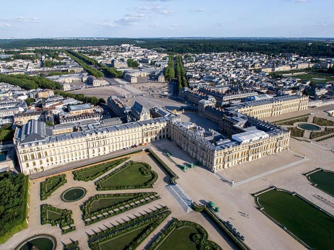 800px-Vue_aérienne_du_domaine_de_Versailles_par_ToucanWings_-_Creative_Commons_By_Sa_3.0_-_083