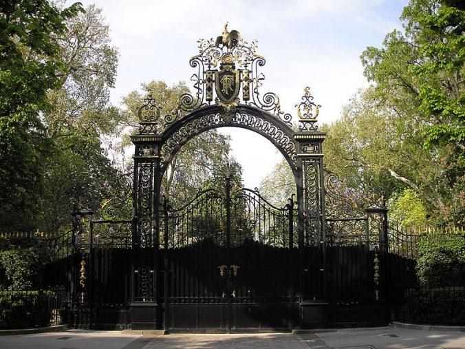 Entrée du jardin à l'arrière du palais. Photo Gryffindor
