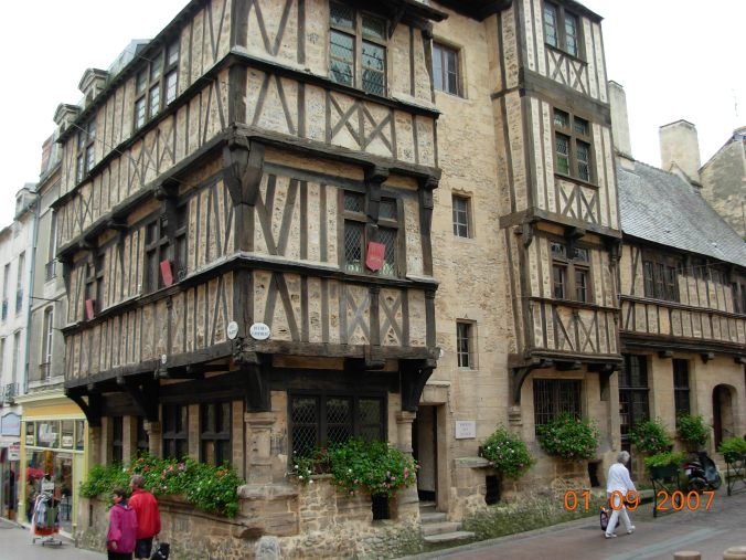 Old_norman_building_Bayeux_centre_ville_-_panoramio