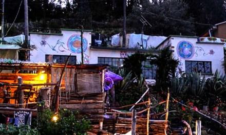 Descubre el Hostel Ecológico frente al lago Titicaca, hecho con materiales reciclados