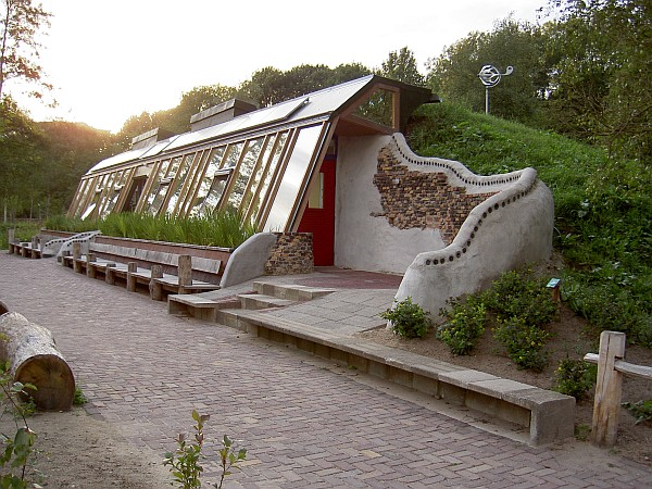 http://ryall.com.au/wp-content/uploads/2014/11/Earthship_Zwolle.jpg