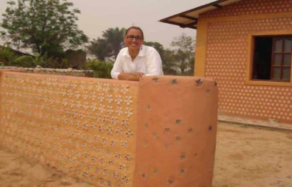 Una abogada boliviana hace casas con botellas PET para las personas en situación de extrema pobreza