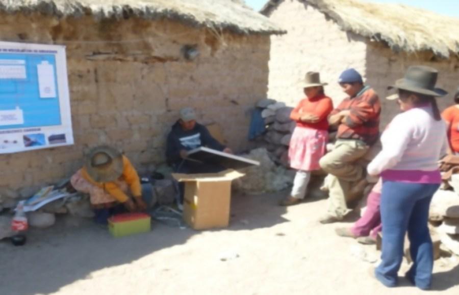Mujeres peruanas instalan paneles solares e iluminan sus comunidades