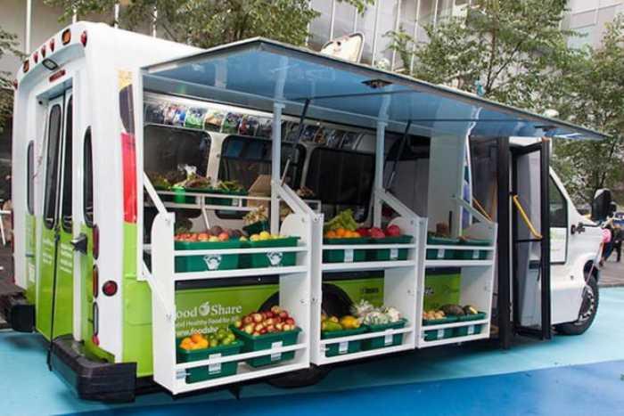 Un Bus convertido en mercado móvil lleva productos frescos a barrios con bajos ingresos