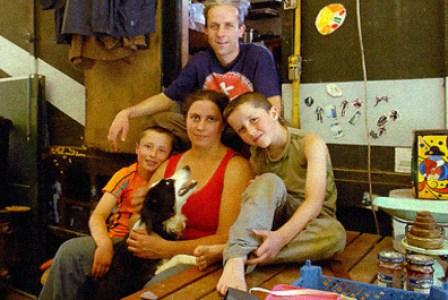 Familia británica podría ir a la cárcel por volverse autosustentable e independiente del gobierno