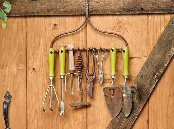 http://balconygardenweb.com/wp-content/uploads/2016/07/rake-tool-holder.jpeg
