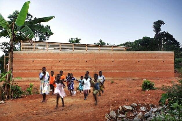 Esta escuela sustentable fue hecha completamente a mano y es un triunfo humano y arquitectónico.