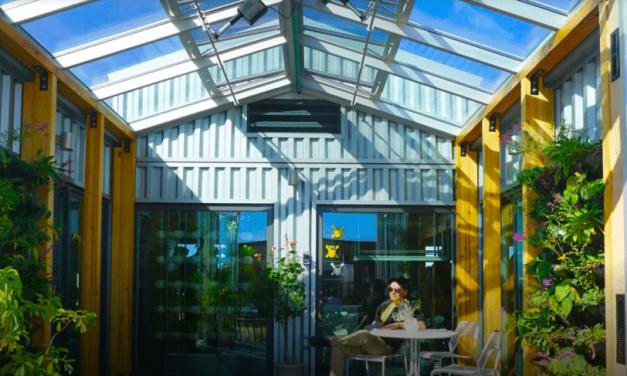 La casa autosuficiente que produce energía solar, alimentos e incluso agua limpia