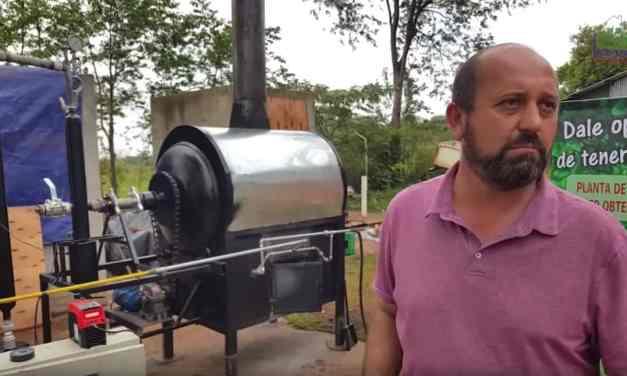 La fascinante idea de un misionero, creó un reactor que convierte el plástico en combustible