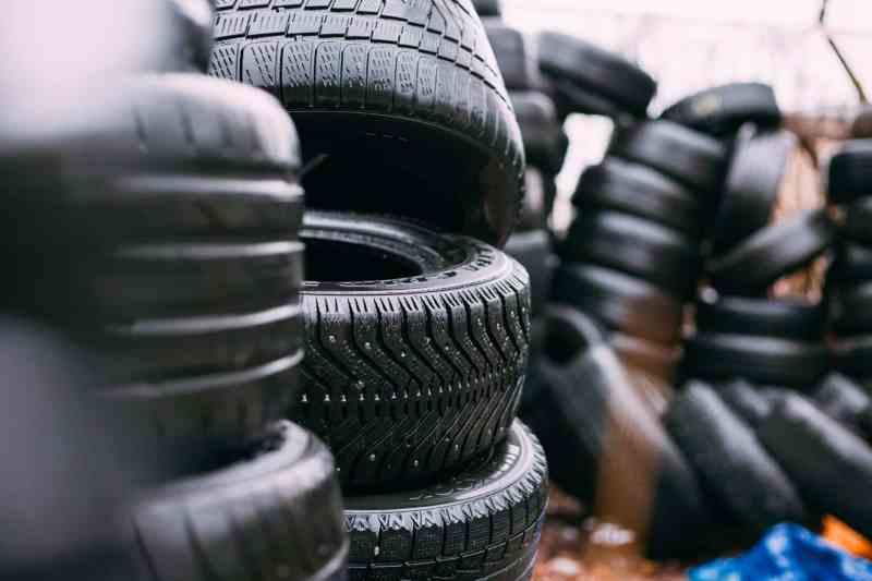 Cómo hacer tus propias sandalias con un viejo neumático