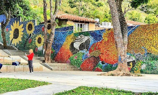 Artista crea mural con 200 mil tapitas recicladas